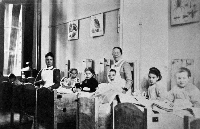 EKZ 1875, Kinderen in houten kribben